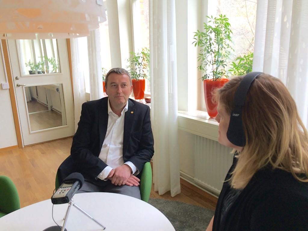 Chalmers rektor Stefan Bengtsson får besök av RadioScience. Foto: Natalie von der Lehr