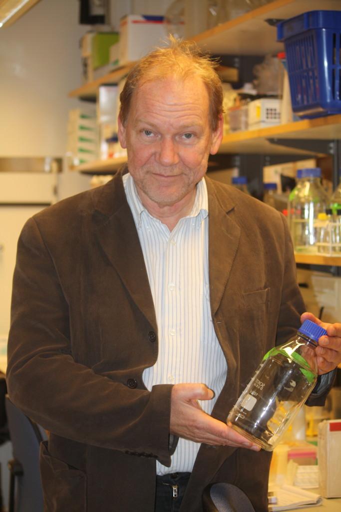 Professor Bo Åkerström med en glasflaska på labbet. Foto: Lisa Beste
