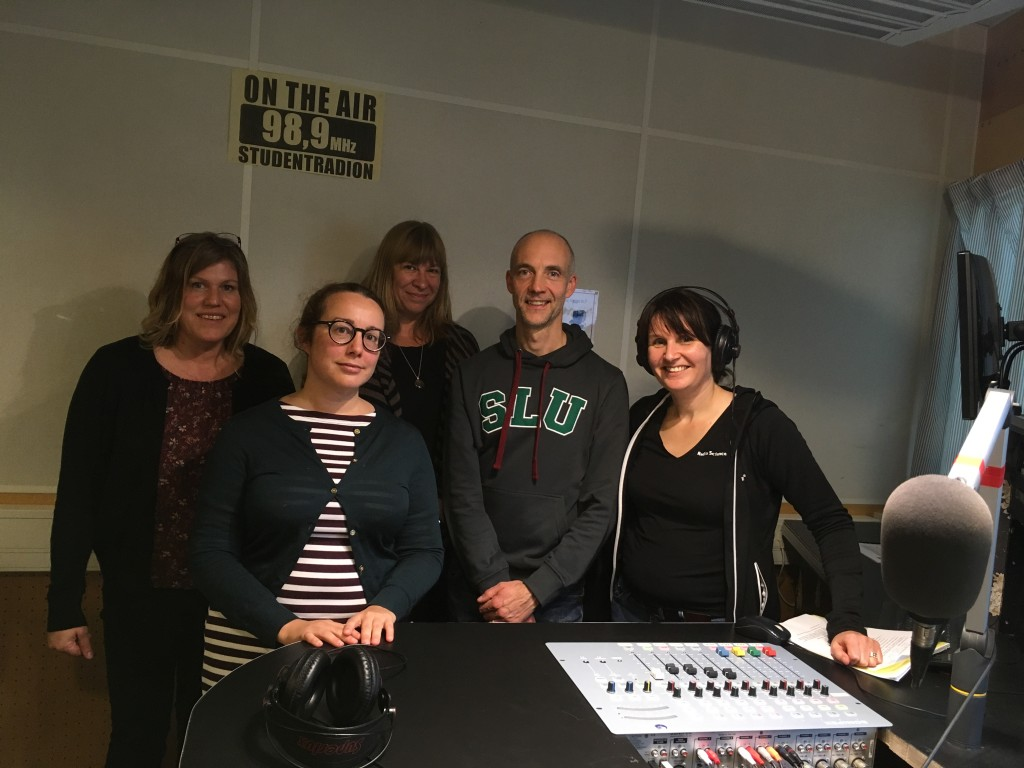 """RadioScience snackar med redaktionsrådet inför den nya serien """"Över Gränserna"""" i Studentradions studio i källaren på Ekonomikum."""
